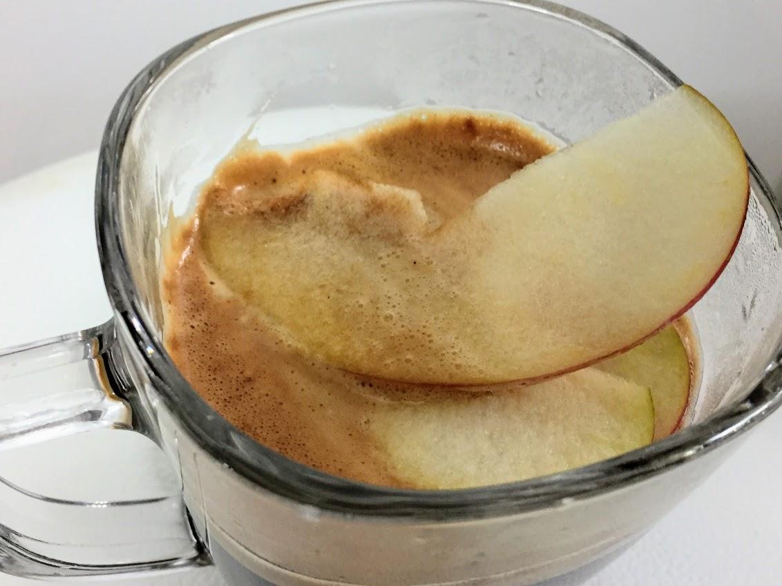 コーヒーにりんごを浮かべる