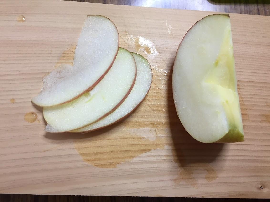 りんごを切る