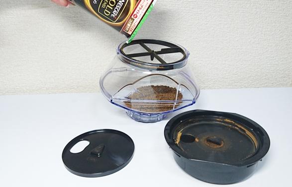 タンクの底の黒い蓋を外して補充する方法