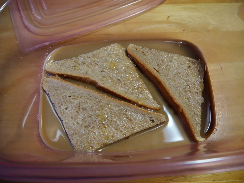 食パンをカフェオレに浸す