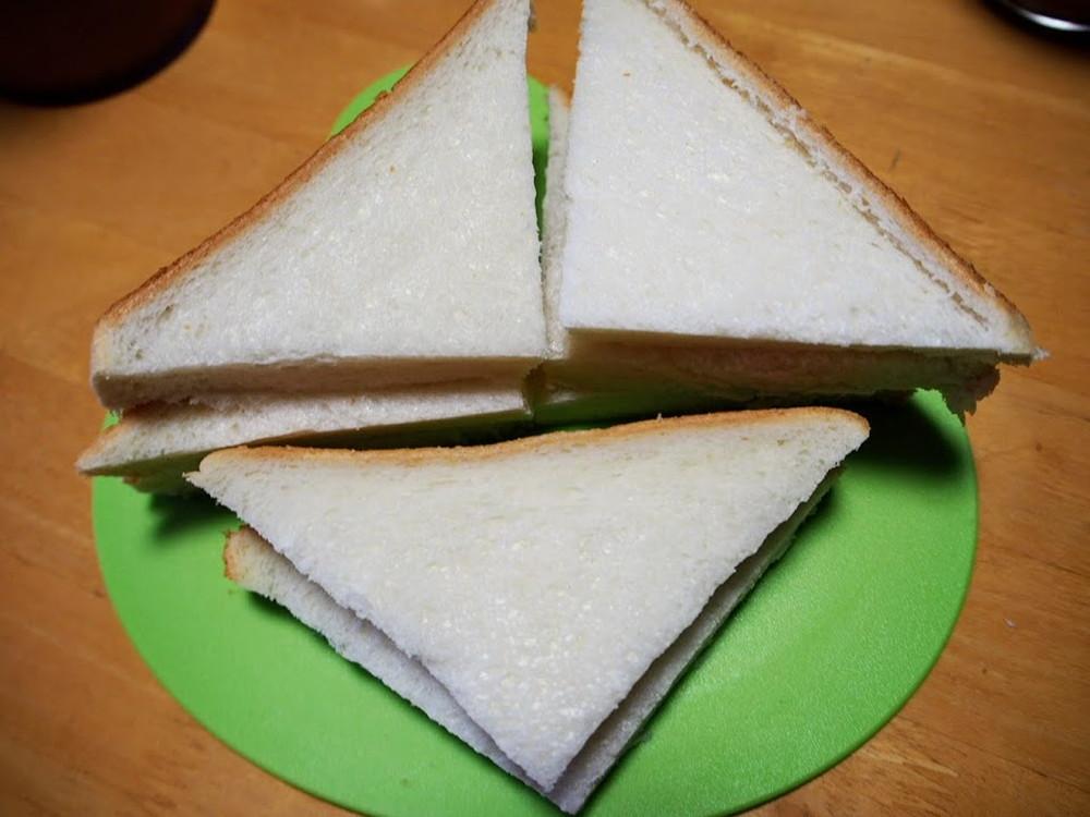 食パンを切る