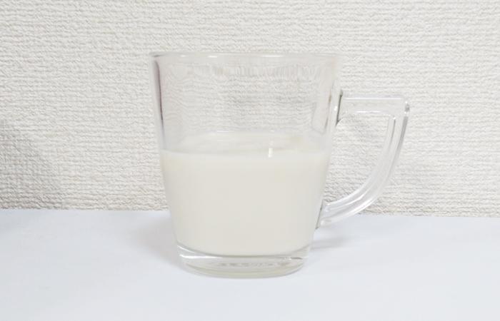 豆乳をカップに入れて電子レンジで温める