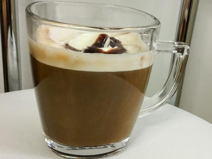生クリームとチョコソースの贅沢キャラメルラテ