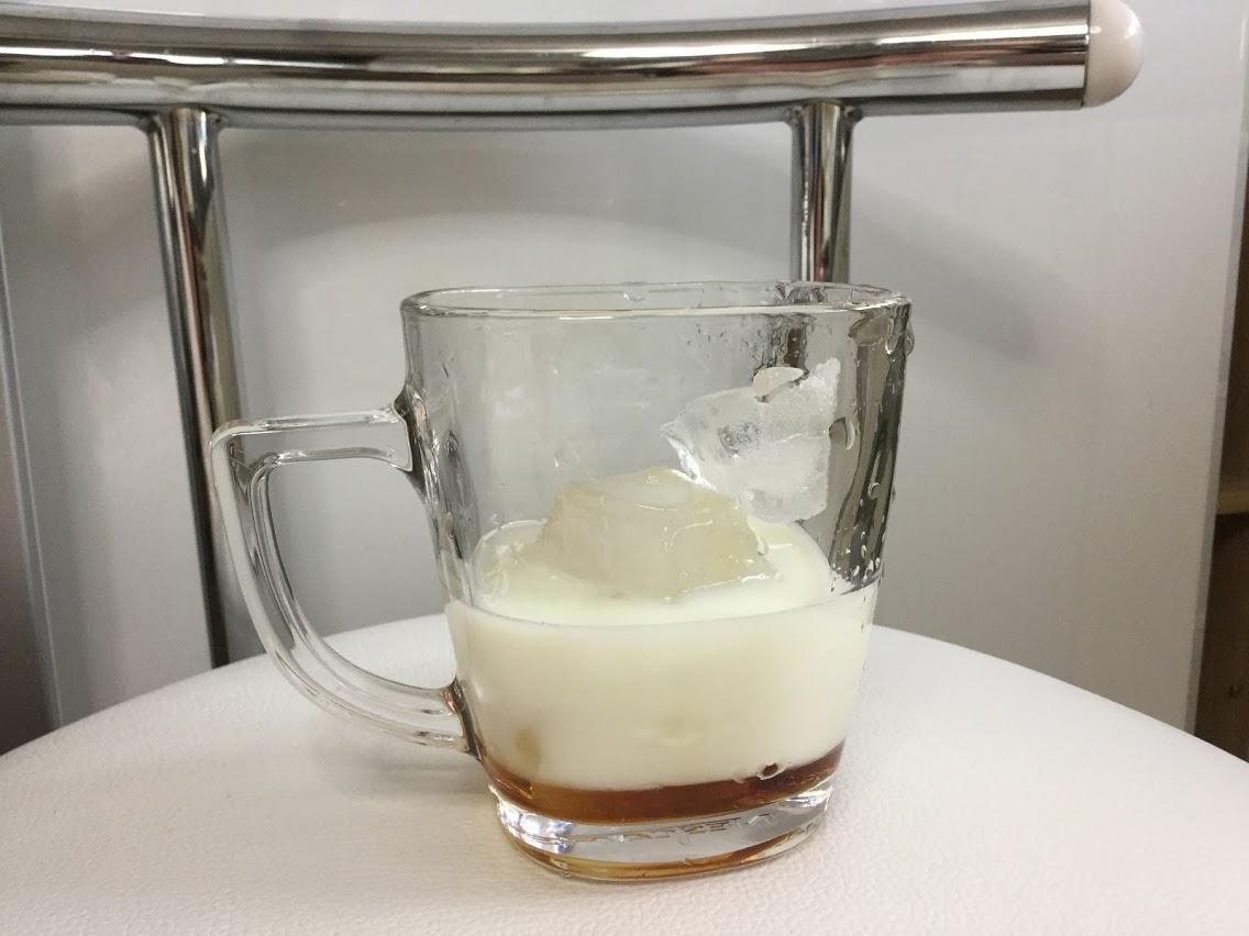 メープルシロップが入ったカップに牛乳を静かに入れる