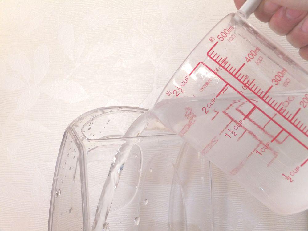 給水タンクに溶かした湯垢洗浄剤を入れる