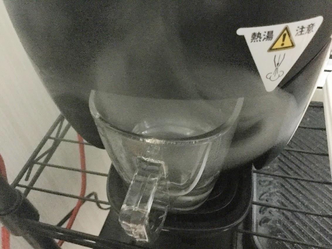 マグカップに40mlのお湯が注がれる