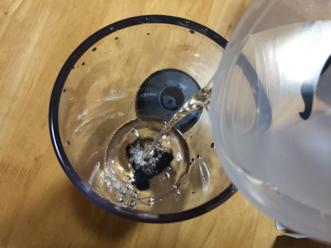 水タンクに水を入れる