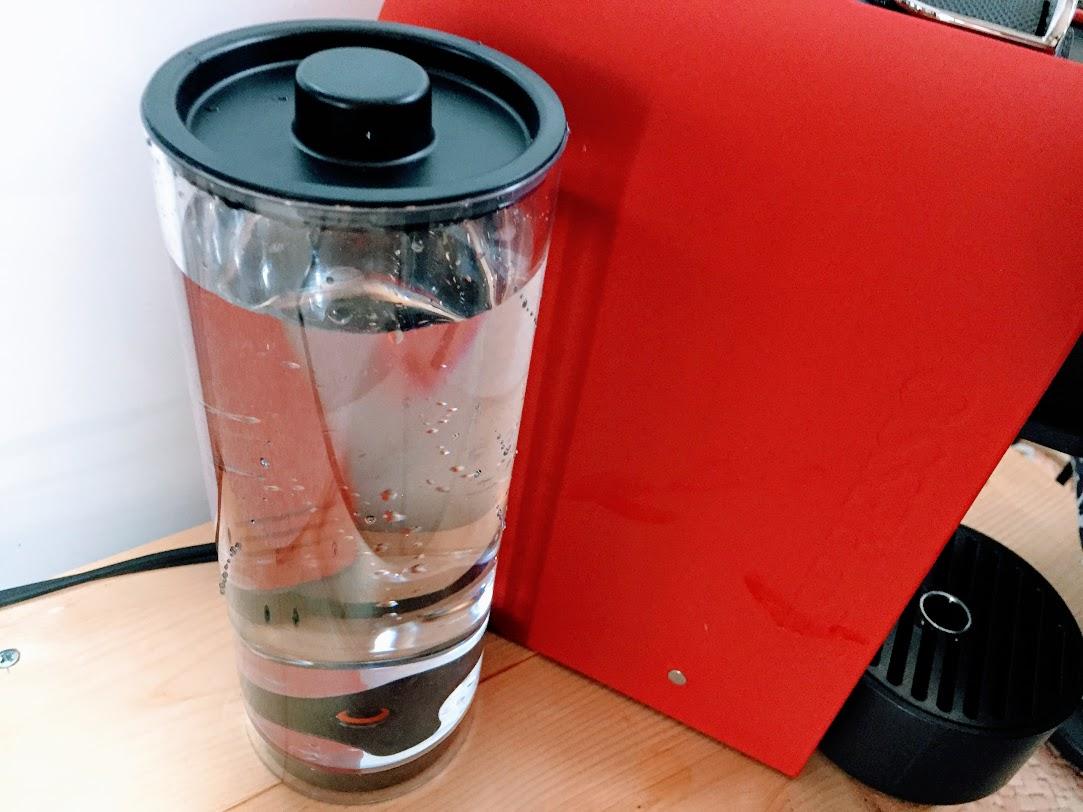 水タンクに綺麗な水をいれる